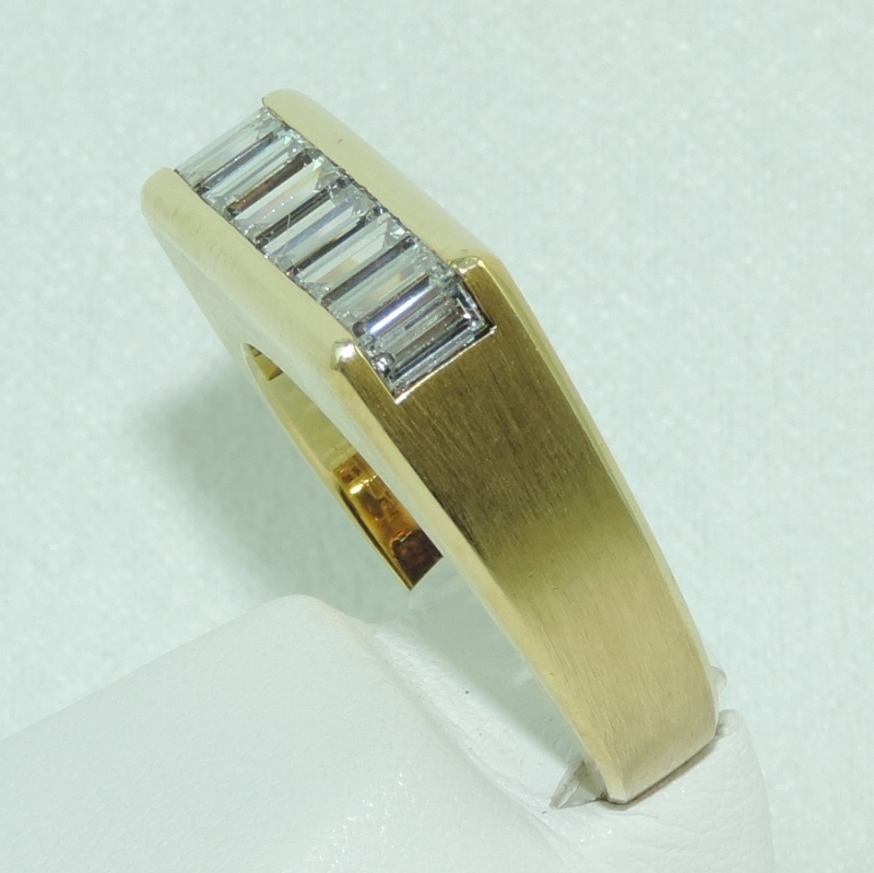 aguette Diamond band in 18k YG